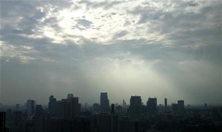 High rise buildings are seen against a smoggy sky in Tokyo November 5, 2007. REUTERS/Toru Hanai