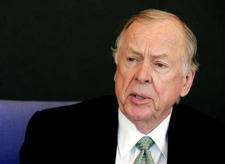 Boone Pickens, founder of BP Capital and long-time energy investor, talks with reporters during the Reuters Energy Summit at the Reuters Building in New York, June 21, 2005. REUTERS/Jeff Zelevansky