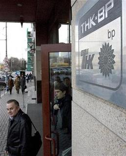 People leave the main office of TNK-BP Russian joint venture in central Moscow, March 20, 2008. REUTERS/Sergei Karpukhin