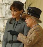 <p>La Regina Elisabetta con la premiere dame francese Carla Bruni al Castello di Windsor. REUTERS/Kieran Doherty</p>