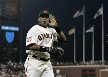 Barry Bonds waves to the crowd after returning to the dugout from left field in San Francisco, California September 26, 2007. REUTERS/Robert Galbraith