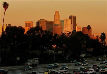 Traffic passes downtown Los Angeles on the 10 freeway November 19, 2005. REUTERS/Lucy Nicholson