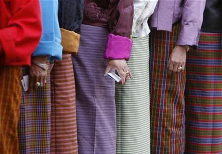 Bhutanese voters stand in a queue outside a polling station to cast their ballot in Thimpu, March 24, 2008. REUTERS/Desmond Boylan