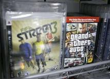 <p>Les jeux vidéo FIFA Street 3 d'Electronic Arts et Grand Theft Auto IV, de Take-Two Interactive Software. Electronic Arts a modifié son offre sur son concurrent Take-Two Interactive et la prolonge jusqu'au 18 avril 2008. /Photo prise le 27 mars 2008/REUTERS/Lucas Jackson</p>