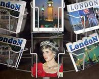 <p>Una cartolina della principessa Diana, in vendita a Londra. REUTERS/Toby Melville</p>