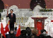 <p>Il presidente Hu Jintao alza la fiaccola olimpica oggi nella piazza di Tienanmen. REUTERS/Claro Cortes IV (CHINA)</p>