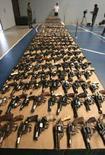 <p>Оружие, конфискованное в рамках правительственной программы контроля над вооружениями в Чили, Сантьяго, 5 февраля 2008 года. Объем мировых продаж оружия в 2007 году сократился на восемь процентов к предыдущему году, однако признаков продолжительного спада на рынке вооружений не наблюдается, сообщил в понедельник Стокгольмский Международный институт исследований мира (SIPRI). (REUTERS/Ivan Alvarado)</p>