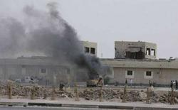 """<p>Бронемашина иракской армии горит возле здания телеканала """"аль-Иракия"""" в Басре, в 550 километрах к югу от Багдада, 30 марта 2008 года. Более 200 человек погибли в результате столкновений между вооруженными силами Ирака и боевиками в Басре, сообщил представитель министерства иностранных дел. (REUTERS/Atef Hassan)</p>"""