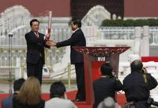 <p>Президент Китая Ху Цзиньтао (слева) принимает олмипийский огонь из рук глава оргкомитета игр Лю Ци, Пекин, 31 марта 2008 года. Президент Китая Ху Цзиньтао в понедельник дал старт эстафете Олимпийского огня на площади Тяньаньмэнь в Пекине. (REUTERS/Claro Cortes IV)</p>
