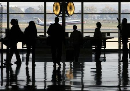Passengers make their way through Reagan National Airport in Washington November 21, 2007. REUTERS/Kevin Lamarque