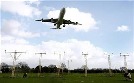 An aircraft prepares to land at Heathrow airport in London March 11, 2008. REUTERS/Alessia Pierdomenico
