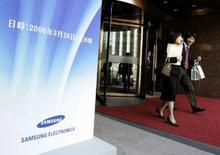 <p>Samsung Electronics annonce envisager une hausse de moins de 10% des tarifs de ses mémoires informatiques en avril, ce qui pourrait signifier la fin de la chute marquée des prix sur ce marché. /Photo prise le 28 mars 2008/REUTERS/Jo Yong-Hak</p>