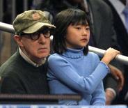 <p>Il regista Woody Allen con la figlia Manzie durante una partita di basket NBA a New York. REUTERS/Ray Stubblebine</p>