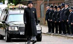 <p>Катафалк сотрудницы полиции Ниши Пател-Насри прибывает в Golders Green Crematorium в северной части Лондона 1 июня 2006. Жители Британии, которые по каким-либо причинам не присутствовали на похоронах своих близких, теперь смогут отдать последние почести усопшим с помощью интернет-трансляции церемонии. (REUTERS/Alessia Pierdomenico)</p>