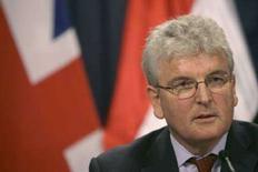<p>Министр обороны Великобритании Дес Браун на пресс-конференции в Багдаде, Ирак, 13 марта 2008 года. Великобритания отложит вывод 1.500 военнослужащих из Ирака из-за столкновений в городе Басра на юге станы, сообщил министр обороны страны Дес Браун. (REUTERS/Khalid Mohammed)</p>