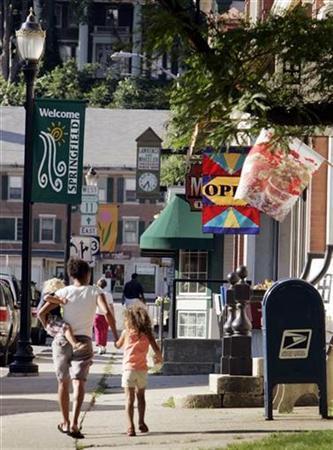 Pedestrians walk through downtown Springfield, Vermont, July 13, 2007. REUTERS/Brian Snyder