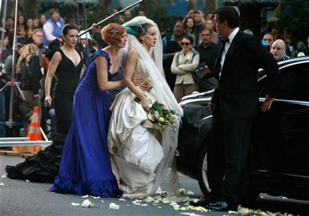 Actress Kristin Davis (L), Cynthia Nixon, Sarah Jessica Parker and Chris Noth film a scene on the set of ''Sex and the City:The Movie'' in New York October 12, 2007. REUTERS/Brendan McDermid