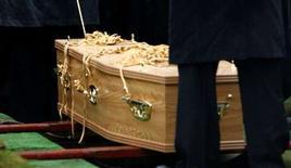"""<p>Les Britanniques peuvent à partir de ce mardi rendre un dernier hommage à leurs proches via internet, une société ayant lancé un service qui propose la diffusion en direct des funérailles grâce au système du """"pay-per-view"""". /Photo d'archives/REUTERS/David Moir</p>"""