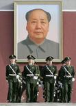 <p>Служащие внутренних войск марщируют на фоне портрета Мао Цзэдуна в Пекине 31 марта 2008 года. В Китае началась мобилизация служащих внутренних войск, целью которой является обеспечение должного уровня безопасности на Олимпийских играх летом 2008 года. (REUTERS/Alfred Cheng Jin)</p>