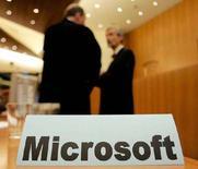 <p>Табличка с названием компании Microsoft в здании Европейского суда в Люксембурге 30 сентября 2004 года. Американская компания Microsoft Corp намерена к концу 2008 года представить полноценный интернет-браузер для мобильных телефонов, говорится в сообщении компании. (REUTERS/Francois Lenoir)</p>