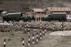 <p>Китайские военнослужащие садятся в грузовики на кораине города Хэцзо в провинции Ганьсу 30 марта 2008 года. Не менее 1.000 человек вышли на демонстрацию протеста в Синьцзян-уйгурском автономном районе Китая, население которого составляют мусульмане, требующие выхода из под юрисдикции Пекина. По данным местных властей, демонстранты, вышедшие на улицы на прошлой неделе, несли сепаратистские лозунги и флаги. (REUTERS/David Gray)</p>
