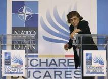 <p>Уборщица протирает трибуну для выступлений перед открытием саммита НАТО в Бухаресте 1 апреля 2008 года. Ни такси, ни аккредитаций, ни звука - добро пожаловать в Румынию, принимающую саммит НАТО 2008 года. (REUTERS/Bogdan Cristel)</p>
