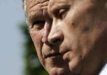 """<p>Президент США Джордж Буш смотрит на действующего президента России Владимира Путина на самите стран """"Большой восьмерки"""" в Хайлигендамме 7 июня 2007 года. Через семь лет после того, как ему удалось заглянуть в душу Владимира Путина, президент США Джордж Буш называет свой предстоящий визит в Россию последней возможностью для диалога """"сердце к сердцу"""" с российским лидером. (REUTERS/Jim Young)</p>"""