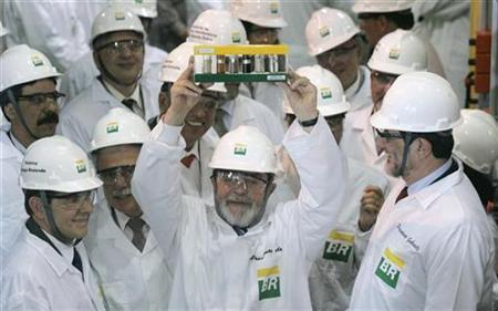 Brazilian President Luiz Inacio Lula da Silva (C) holds biodiesel tubes during his visit at Petrobas oil company in Rio de Janeiro October 26, 2007. REUTERS/Bruno Domingos