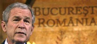 <p>Президент США Джордж Буш выступает в Национальном сберегательном банке в Бухаресте 2 апреля 2008 года. Буш проведет переговоры с избранным президентом России Дмитрием Медведевым и уходящим с поста главы РФ Владимиром Путиным в воскресенье в Сочи, сообщили представители Белого дома. (REUTERS/Kevin Lamarque)</p>