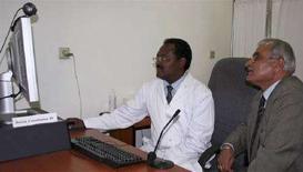 <p>Il dottor Asfaw Atnafu, a capo del progetto di telemedicina, usa una connessione Internet ad alta velocità per comunicare dell'ospedale Black Lion di Addis Ababa con i colleghi del Care Hospital Hyderabad in India. REUTERS/Barry Malone (ETHIOPIA)</p>
