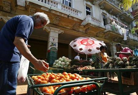 People shop at a farmer's market in Havana March 17, 2008. REUTERS/Claudia Daut