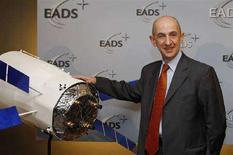 <p>Louis Gallois, ad del gigante aerospaziale europeo Eads, vicino a un modello dell'Atv, un razzo-cargo. REUTERS/Benoit Tessier</p>