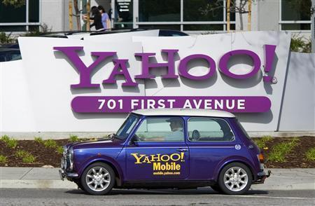 A man drives a Mini Cooper with a Yahoo logo in front of Yahoo Inc headquarters in Sunnyvale, California, February 1, 2008. Microsoft is evaluating its offer for Yahoo Inc in light of worsening market conditions, a person familiar with the matter said on Friday. REUTERS/Kimberly White