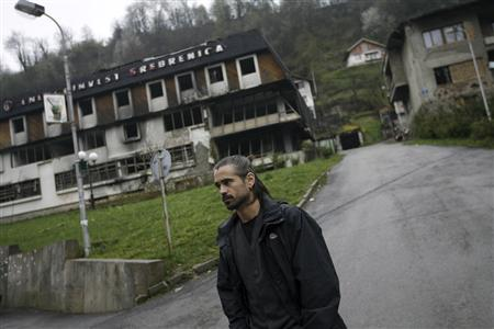 Actor Colin Farrell walks on a street in Srebrenica April 5, 2008. Farrell is in Bosnia to prepare for his new film ''Triage'' about a war photographer. It is directed by award-winning Bosnian director Danis Tanovic. REUTERS/Damir Sagolj