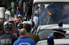 <p>La fiaccola sul bus a Parigi REUTERS/Patrick Kovarik/POOL</p>