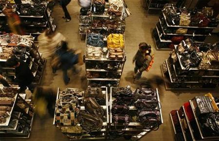 Shoppers walk through a department store in New York November 20, 2007. REUTERS/Lucas Jackson