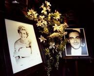 <p>Le foto della principessa Diana e di Dodi al-Fayed nella vetrina dei grandi magazzini Harrods a Londra nel settembre 1997. REUTERS/Michael Crabtree/Files (BRITAIN)</p>