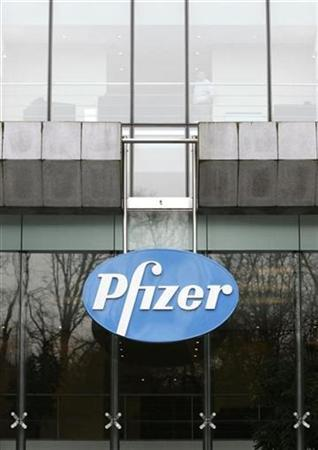 A man stands inside the Belgian headquarters of U.S. pharmaceutical giant Pfizer, in Brussels January 23, 2007. REUTERS/Francois Lenoir