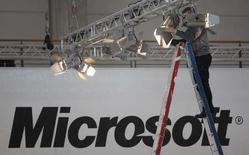 <p>Microsoft et News Corp examinent la possibilité de présenter une offre conjointe pour racheter Yahoo, selon plusieurs journaux américains, ce qui permettrait d'ajouter MySpace dans la corbeille de mariage. /Photo prise le 3 mars 2008/REUTERS/Hannibal Hanschke</p>