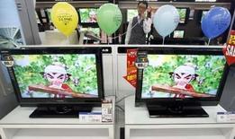 <p>Téléviseurs à écrans à cristaux liquides (LCD) de LG Display (ex-LG.Philips LCD) dans un magasin à Séoul. L'approche des Jeux olympiques de Pékin stimulant les ventes de téléviseurs à écran plat, le deuxième fabricant mondial d'écrans LCD a enregistré un bénéfice d'exploitation consolidé de 881 milliards de wons (903 millions de dollars) sur la période janvier-mars, après une perte de 208 milliards l'an passé, soit le bénéfice d'exploitation trimestriel le plus élevé jamais réalisé par le groupe. /Photo prise le 14 janvier 2008/REUTERS/Lee Jae-Won</p>