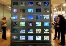 <p>Dans son rapport d'étape, la commission sur le dividende numérique recommande un arrêt progressif de la diffusion de télévision en analogique par zones géographiques d'ici le basculement final prévu en novembre 2011. /Photo d'archives/REUTERS/Eric Gaillard</p>
