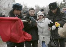 """<p>Милиция Киргизии задерживает сторонницу оппозиционной партии """"Ата Мекен"""" во время акции протеста в Бишкеке, 21 декабря 2007 года. Киргизская милиция в четверг днем задержала более 50 юношей и девушек из оппозиционной партии Ата-Мекен и поддерживающих их студентов, которые вышли на площадь перед киргизским парламентом, протестуя против передачи трех приграничных земельных участков Казахстану. (REUTERS/Vladimir Pirogov)</p>"""