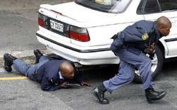 <p>Южноафриканские полицейские проводят спецоперацию по освобождению заложников в ресторане Кейптауне, 9 июня 2007 года. Южноафриканская полиция должна открывать огнь по преступникам на поражение и забыть о правилах в борьбе с правонарушителями в стране, где преступность находится на самом высоком уровне в мире, считает заместитель министра внутренних дел ЮАР Сьюзан Шабангу. (REUTERS/Finbarr O'Reilly)</p>
