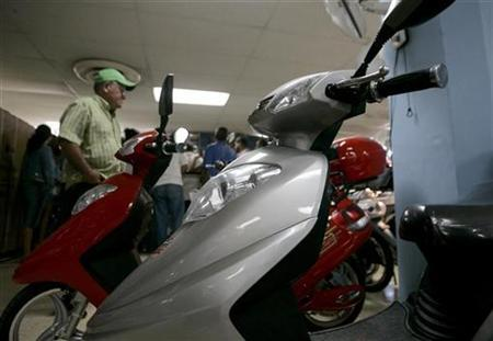A customer looks at electrical scooters on display at a store in Havana April 1, 2008. REUTERS/Enrique De La Osa