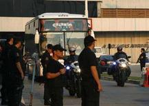 <p>Autobus che trasporta la torcia Olimpica e la delegazione cinese in partenza dall'Aeroporto Internazionale di Buenos Aires verso il centro della capitale argentina. 10 aprile 2008. REUTERS/Enrique Marcarian</p>