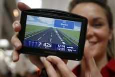 <p>Le TomTom Go 930 T. Le spécialiste de la navigation routière par satellite TomTom a réaffirmé sa détermination à mener à bien son projet de rachat de 2,9 milliards d'euros du fournisseur de base de données cartographiques Tele Atlas. /Photo prise le 4 mars 2008/REUTERS/Morris Mac Matzen</p>