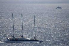 """<p>Фотография французской яхты """"Ponant"""" (слева внизу), сделанная с самолета 4 апреля 2008 года. Пираты, захватившие французскую яхту у берегов Сомали на прошлой неделе, отпустили 30 членов экипажа яхты, удерживавшихся в качестве заложников, сообщил в пятницу представитель администрации президента Франции Николя Саркози. (REUTERS/French Defence Ministry/Handout)</p>"""