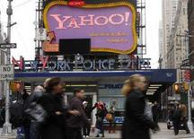 <p>Una insegna di Yahoo! a Time Square, a New York. REUTERS/Joshua Lott (UNITED STATES)</p>