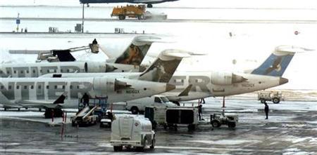 Frontier Airline jets line up to be de-iced at Denver International Airport in Denver, Colorado December 29, 2006. REUTERS/Mark Leffingwell