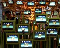 <p>Alcuni schermi piatti in una fiera. REUTERS</p>